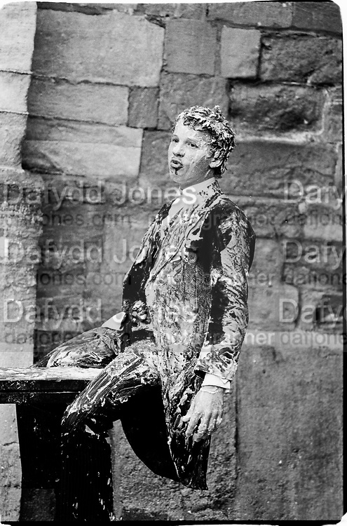 Jeffrey Newman,covered in soap, Eton action fair 26.8.81© Copyright Photograph by Dafydd Jones 66 Stockwell Park Rd. London SW9 0DA Tel 020 7733 0108 www.dafjones.com
