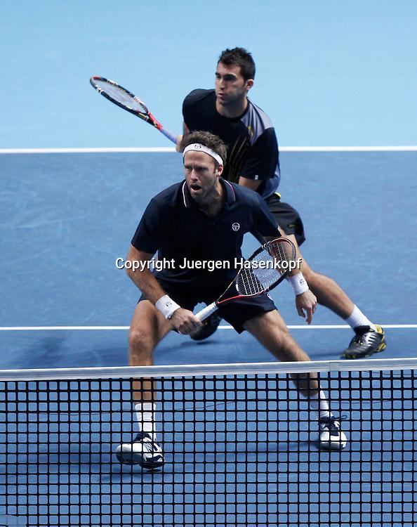 ATP World Tour Finals  2010 in der O2 Arena in London, HerrenTennis Turnier, WM, Weltmeisterschaft, Doppel, Robert Lindstedt (SWE) mit Stirnband und Partner Horia Tecau (ROU),Aktion,Ganzkoerper,Hochformat,