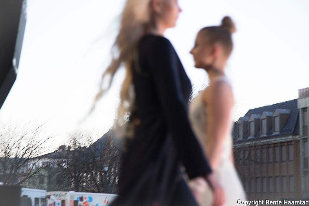 Wilks Design, tre s&oslash;stre, alle med tilknytning Sn&aring;sa, st&aring;r bak merket Wilks Design. Designerne lever i reindriften i Skj&aelig;kerfjellene midt i Norge.<br /> Ved siden av livet med reinen har v&aring;rt liv alltid v&aelig;rt preget av det samiske h&aring;ndverket.<br /> Inspirasjonen for v&aring;r design kommer fra &oslash;yeblikk i v&aring;re liv &ndash; det kan v&aelig;re den f&oslash;rste reinkalven som blir f&oslash;dt om v&aring;ren, eller stemningen rundt b&aring;let en sommernatt.<br /> Urkraften f&oslash;res videre fra tradisjon til spennende ny design av kl&aelig;r og smykker produsert av hva naturen gir. Arbeider mye med pels og skinn. Motevisning, samisk p&aring; catwalken p&aring; Torget i Trondheim, Tr&aring;ante 2017.