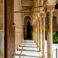 El Patio de los Leones. La Alhambra es una ciudad palatina andalusí situada en Granada, España. Formada por un conjunto de palacios, jardines y fortaleza que albergaba una verdadera ciudadela dentro de la propia ciudad de Granada, que servía como alojamiento al monarca y a la corte del Reino nazarí de Granada, Andalucia. España. The Court of the Lions. Alhambra is a palace and fortress complex located in Granada, Andalusia, Spain. It was originally constructed as a small fortress in 889 and then largely ignored until its ruins were renovated and rebuilt in the mid-11th century by the Moorish emir Mohammed ben Al-Ahmar of the Emirate of Granada, who built its current palace and walls. It was converted into a royal palace in 1333. Granada. Andalusia. Spain