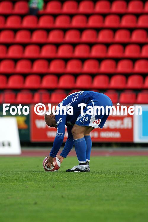 28.06.2006, Ratina, Tampere, Finland..Veikkausliiga 2006 - Finnish League 2006.Tampere United - FC Honka.TamUn Ville Lehtinen asettaa palloa pilkulle..©Juha Tamminen.....ARK:k