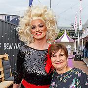 NLD/Amsterdam/20180616 - 26ste AmsterdamDiner 2018, Lilian Ploumen met een dragqueen