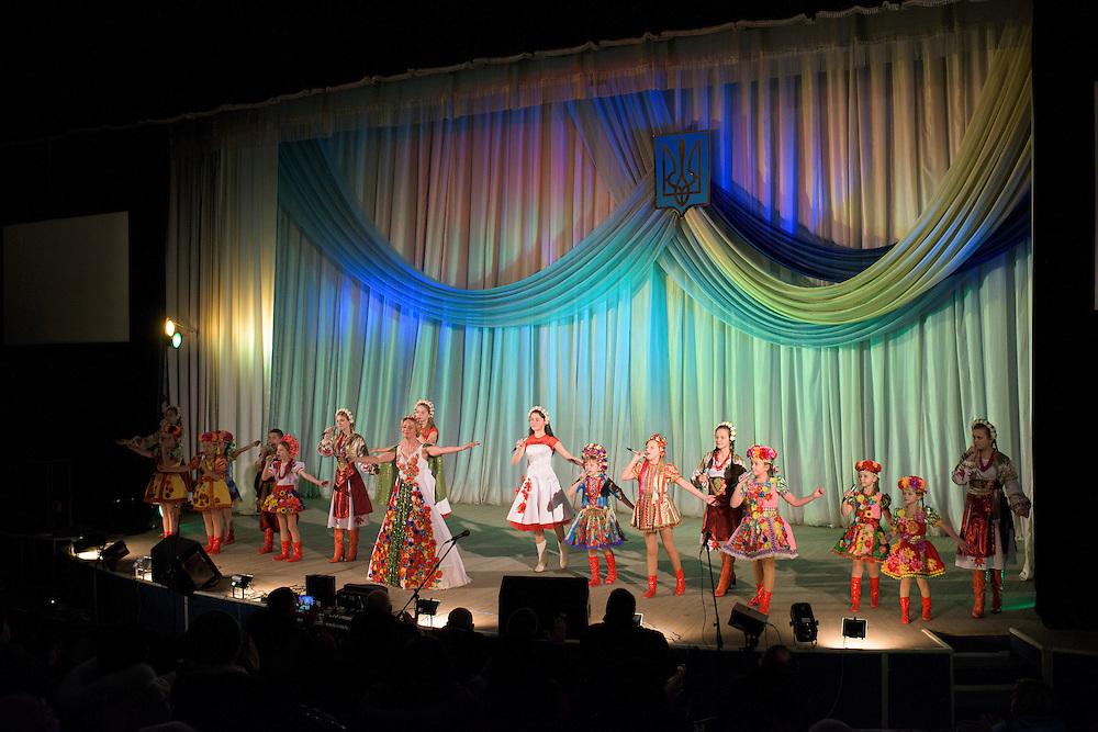 Ensemble folklorique lors d'un spectacle de vari&eacute;t&eacute; ukrainienne, le 7 d&eacute;cembre 2015, Hlukhiv, Ukraine.<br /> <br /> Singers perform during a concert featuring Ukrainian music on December 7, 2015 in Hlukhiv, Ukraine.