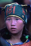 Mongolia. horse race for kids  OulanBator       /  Portrait d'une jeune cavalière de cheval de course.Grand Naadam de Oulan Bator .Mongolie. Les enfants, garçons et filles, apprennent très tôt à monter à cheval et certains d'entre eux deviennent des cavaliers émérites lors des grandes courses du Naadam. A cette occasion ils revêtent leur costume de compétittion : un dossard numéroté et un bonnet en tissu orné du Soyombo, l'emblème national de la Mongolie. (A la sortie de la capitale, au sud-ouest de OULAN BATOR  /  R33/97    L920712a  /  P0007442