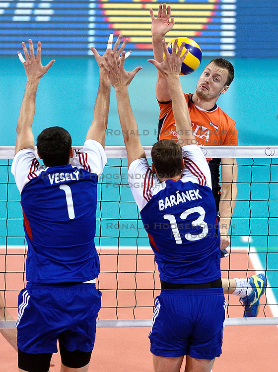 09-10-2015 BUL: Volleyball European Championship Tsjechie - Nederland, Sofia<br /> Nederland wint de belangrijke openingswedstrijd tegen Tsjechie met 3-1 / Jeroen Rauwerdink #10 slaat de bal tegen het blok Jakub Vesely #1, Kamil Baranek #13