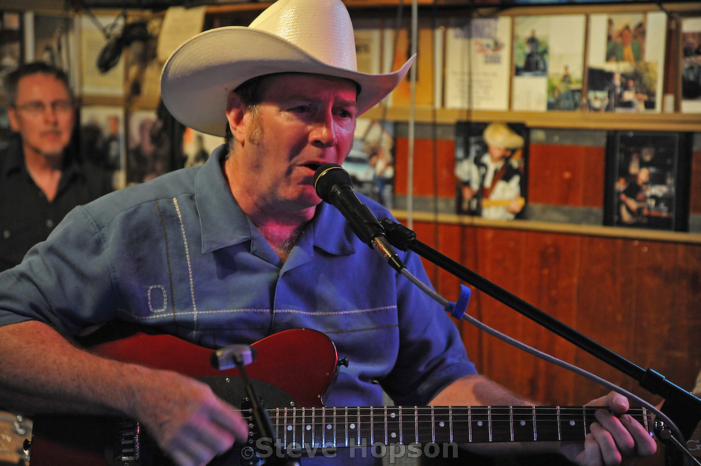 Jim Stringer and the AM Band perform at Ginny's Little Longhorn saloon in Austin Texas, Austin 26 2008.  Ginny's Little Longhorn is a classic honky tonk in Austin that dates from the 1950s.