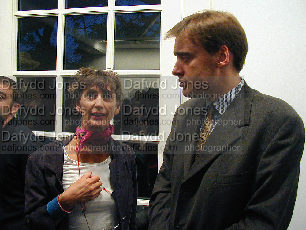 Lady Henrietta Rous and Harry Phipps. Gillian Wearing private view. Serpentine. London. 15 September 2000. © Copyright Photograph by Dafydd Jones 66 Stockwell Park Rd. London SW9 0DA Tel 020 7733 0108 www.dafjones.com