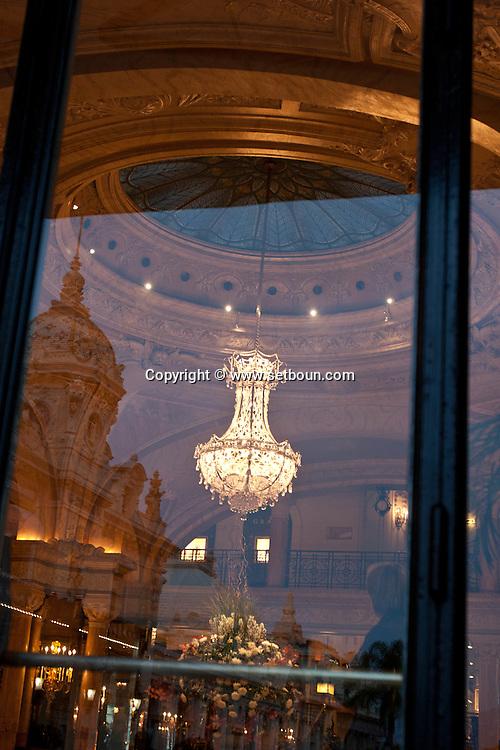 = reflection on the hotel de paris windows,  Monaco  Monaco   /// reflet sur les fenetre de l hotel de paris /// L0055506