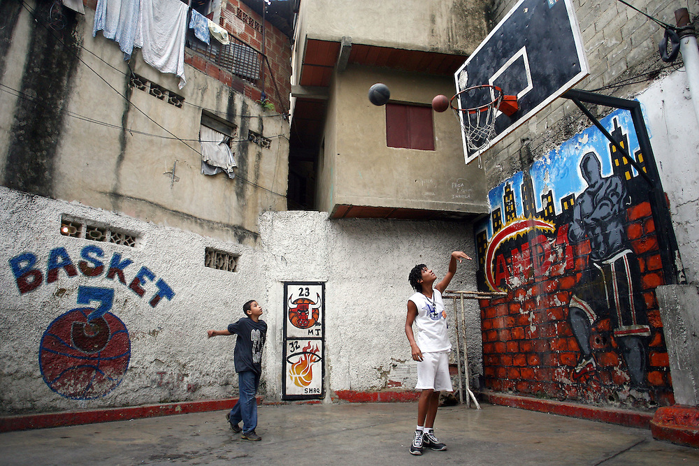 Dos jóvenes juegan en la cancha de baloncesto del barrio Los Erasos en San Bernardino, Caracas. (ivan gonzalez)