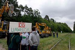 Demonstration am Bahnhof Leitstade (LKr Lüchow-Dannenberg) gegen radikalen Rückschnitt von Bäumen und Sträuchern entlang der Bahnlinie Lüneburg - Dannenberg.