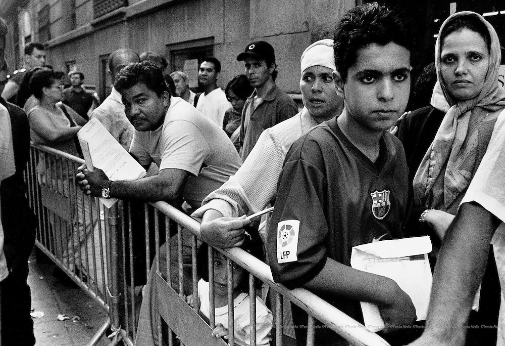 Queues of immigrants in front of the Government Delegation in Barcelona during the special immigrant legalisation procedure which ended in 2000. Barcelona, Spain.