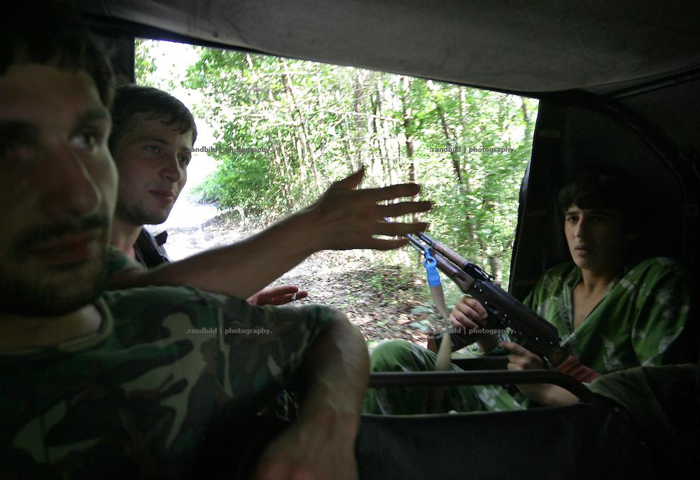 Georgien/Abchasien, Suchumi, 2006-08-28, Abchasische Soldaten während einer Autopatrouille im zwischen Abchasen und Georgiern umkämpften Kodorital . Abchasien erklärte sich 1992 unabhängig von Georgien. Nach einem einjährigen blutigen Krieg zwischen den Abchasen und Georgiern besteht seit 1994 ein brüchiger Waffenstillstand, der von einer UNO-Beobachtermission unter personeller Beteiligung Deutschlands überwacht wird. Trotzdem gibt es, vor allem im Kodorital immer wieder bewaffnete Auseinandersetzungen zwischen den Armeen der Länder sowie irregulären Kämpfern. (Abkhazian soldiers during a car patrol in the Kodori gorge, where abkhazian and georgian fighting each other. Abkhazia declared itself independent from Georgia in 1992. After a bloody civil war a UNO mission observing the ceasefire line between Georgia and Abkhazia since 1994. Nevertheless nearly every day armed incidents take place in the Kodori gorge between the both armys and unregular fighters )