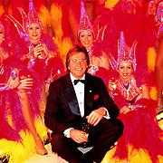 Oudejaarsloterijshow 1998, Lee Towers tussen de showgirls