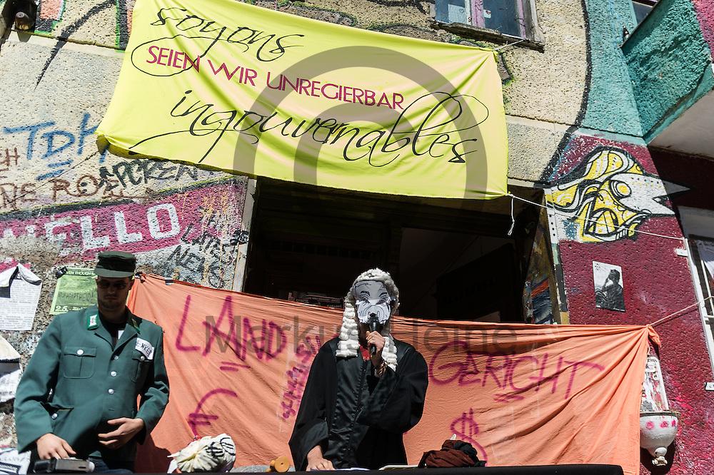 Bewohner spielen am 05.07.2016 in Berlin, Deutschland eine Gerichtsverhandlung nach. Zuvor war im Streit um das von Linksautonomen bewohnte Haus in der Rigaer Stra&szlig;e ein Gerichtstermin am Montag kurzfristig abgesagt worden. Foto: Markus Heine / heineimaging<br /> <br /> ------------------------------<br /> <br /> Ver&ouml;ffentlichung nur mit Fotografennennung, sowie gegen Honorar und Belegexemplar.<br /> <br /> Bankverbindung:<br /> IBAN: DE65660908000004437497<br /> BIC CODE: GENODE61BBB<br /> Badische Beamten Bank Karlsruhe<br /> <br /> USt-IdNr: DE291853306<br /> <br /> Please note:<br /> All rights reserved! Don't publish without copyright!<br /> <br /> Stand: 07.2016<br /> <br /> ------------------------------