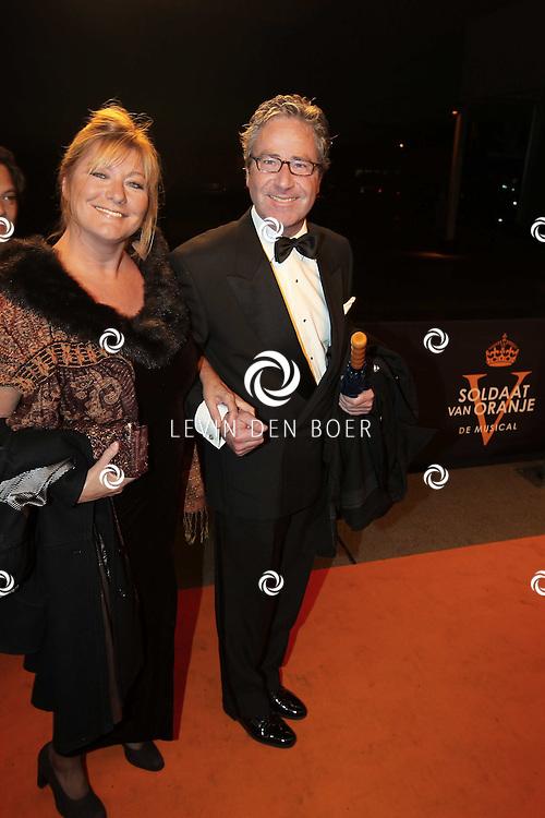 KATWIJK - Paul Kotvis en zijn vrouw zaterdag op de oranje loper van de galapremiere van Soldaat van Oranje - de Musical in de Theater Hangaar op de oude vliegbasis Valkenburg bij Katwijk. FOTO LEVIN DEN BOER - PERSFOTO.NU
