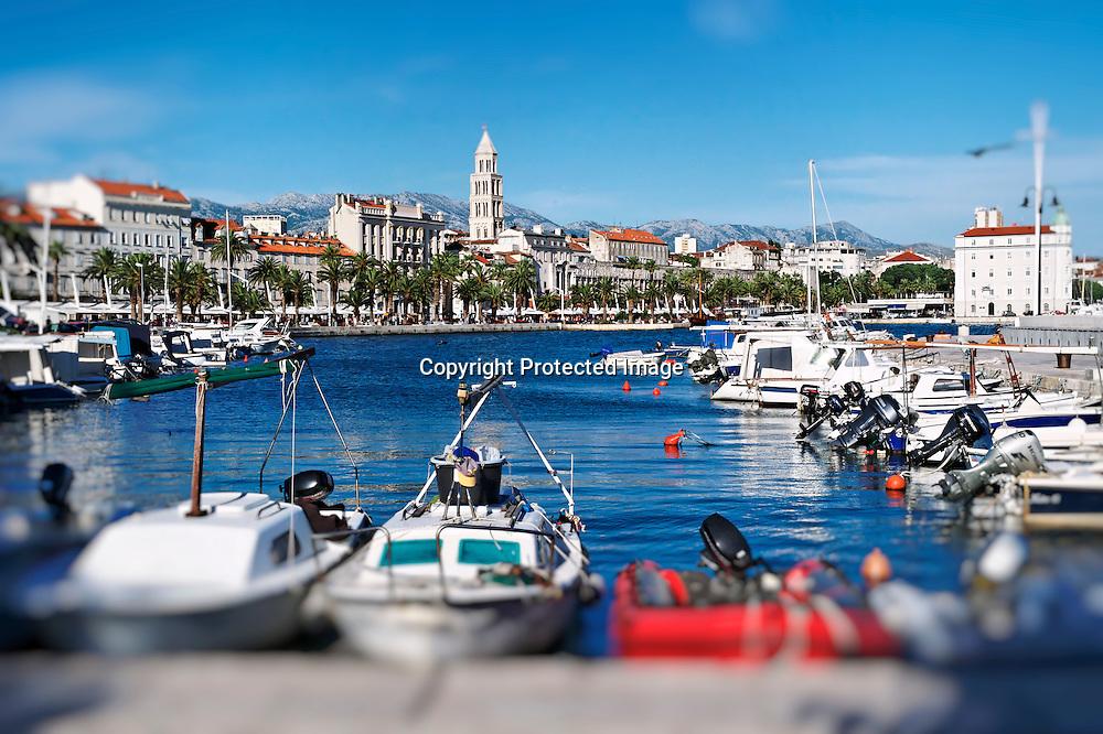 """Vue sur la """"Riva"""" depuis le port de plaisance."""