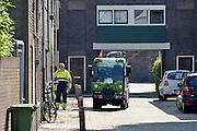 Nederland, Nijmegen, 5-5-2014Een medewerker van de reinigingsdienst, milieudienst DAR krijgt in de binnenstad een beker drinken aangeboden van een bewoner. Het is een mooie, warme dag, en de mannen doen zwaar lichamelijk werk, lichamelijke arbeid.Foto: Flip Franssen/Hollandse Hoogte