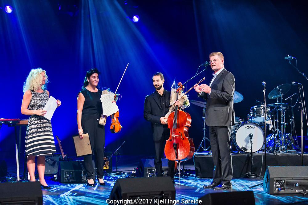 20170824 Kristiansand, <br /> <br /> Vinner av Sparebanken Sør Musikkpris 2017<br /> <br /> Musikkpris på 75 000 kroner tildelt Kristiansands-duo.<br /> Sparebanken Sør Musikkpris for 2017 er tildelt Huayra Duo. Duoen består av fiolinist Loussine Azizian (31) og cellist Leonardo Sesenna (34). <br /> <br /> Foto: Kjell Inge Søreide<br /> <br /> Juryen berømmer hvordan de to orkestermusikerne har skapt et særegent samarbeidsprosjekt som holder svært høyt kunstnerisk nivå.<br /> Duoen har allerede gjort seg bemerket både her hjemme på Sørlandet og utenfor landegrensene. Med prisen på 75 000,- kan de realisere mange av sine fremtidsplaner. - Denne prisen betyr mye for utviklingen av duoen. Når arbeider vi med en plateinnspilling og vi har ambisjoner om konsertvirksomhet både i Skandinavia og internasjonalt i tiden fremover, forteller fiolinist Loussine Azizian.<br /> Samarbeid mellom UiA og Sparebanken Sør<br /> Musikkprisen deles ut i samarbeid mellom Sparebanken Sør og Fakultet for kunstfag ved UiA. Seks sterke kandidater med tilknytning til Sørlandet var nominert. Utover prisvinneren var det bratsjist Anne Camilla Furre Thommessen, fiolinist Kari-Andrea Bygland Larsen, pianist Lars Jakob Rudjord, vokalist Simen Lyngroth og bandet VIAN.<br /> Prisoverrekkelse på Fakultet for kunstfags studiestart-kickoff<br /> Dekan Marit Wergeland-Yates og direktør konsernstab i Sparebanken Sør, Rolf Søraker, sto for selve overrekkelsen under Fakultet for kunstfags semester-kickoff i Kilden 24. august 2017. <br /> - Ved å styrke kunst og kultur virkeliggjør vi vår visjon om å bidra til vekst og utvikling i landsdelen, sa Søraker til salen, som var fylt med kunstfagstudentene fra Universitetet i Agder. - Sparebanken Sør Musikkpris er opprettet for å gi unge musikere med tilknytning til landsdelen en mulighet for å utvikle sitt talent. Det skaper ringvirkninger i musikklivet lokalt og det gir inspirasjon til andre med talent innen kunst og kultur til å utvikle og utøve sin kunst, forts