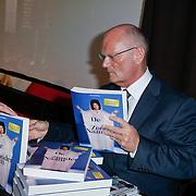 NLD/Hilversum/20111115 - Boekpresentatie Zangeres Zonder Naam van Ben Holthuis, schrijver Ben Holthuis