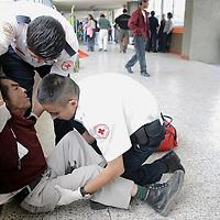 Toluca, Méx.- Paramedicos de la Cruz Roja atienden a un anciano que sufrio un desmayo dentro de la central de autobuses de la Ciudad de Toluca. Agencia MVT / Jorge Sanchez R. (DIGITAL)<br /> <br /> NO ARCHIVAR - NO ARCHIVE