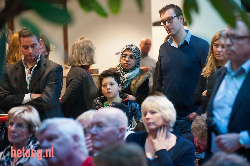 nederland, enschede, 26jan2014 politiek geinteresseerden luisteren naar Diederik Samsom te gast  tijdens het politiek cafe in het Stroinkshuis in Enschede . Samsom ging in debat met publiek en ex partijvoorzitster Marijke van Hees. foto: Cees Elzenga- Hollandse Hoogte