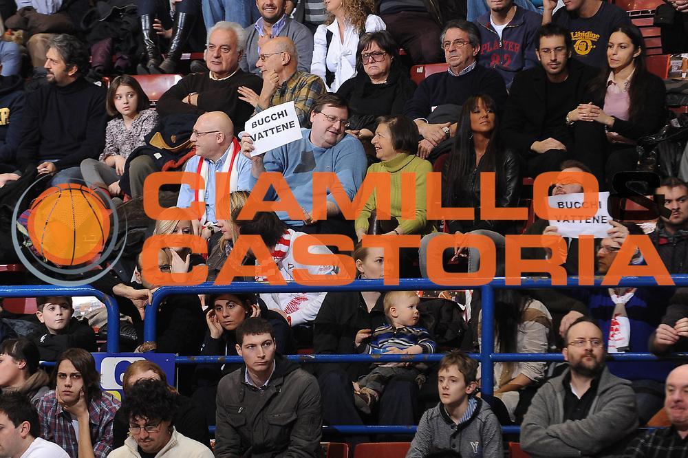 DESCRIZIONE : Milano Lega A 2009-10 Armani Jeans Milano Canadian Solar Bologna<br /> GIOCATORE : tifosi tribuna Milano striscione<br /> SQUADRA : Armani Jeans Milano<br /> EVENTO : Campionato Lega A 2009-2010 <br /> GARA : Armani Jeans Milano Canadian Solar Bologna<br /> DATA : 07/03/2010<br /> CATEGORIA : ritratto delusione curiosita<br /> SPORT : Pallacanestro <br /> AUTORE : Agenzia Ciamillo-Castoria/A.Dealberto<br /> Galleria : Lega Basket A 2009-2010 <br /> Fotonotizia : Milano Campionato Italiano Lega A 2009-2010 Armani Jeans Milano Canadian Solar Bologna<br /> Predefinita :