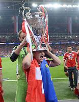 FUSSBALL  CHAMPIONS LEAGUE  SAISON 2012/2013  FINALE  Borussia Dortmund - FC Bayern Muenchen         25.05.2013 Champions League Sieger 2013 FC Bayern Muenchen: Xherdan Shaqiri (FC Bayern Muenchen) mit dem Pokal