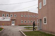 Bosnia Erzegovina,  Kotor Varoš - Sportek è un'azienda italiana che ha delocalizzato la produzione in Bosnia Erzegovina. Operaie al lavoro