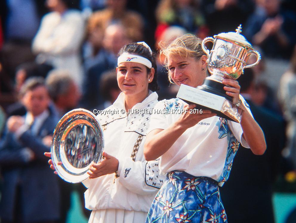 Finalistin Arantxa Sanchez-Vicario (ESP) und die Siegerin Steffi Graf (GER) mit Pokal,Siegerehrung, Roland Garros, French Open 1995<br /> <br /> Tennis - French Open 1995 - Grand Slam ATP / WTA -  Roland Garros - Paris -  - France  - 28 November 2016.