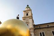 Kunstwerk Sphaera auf dem Kapitelplatz,  Türme Dom, das historische Zentrum der Stadt Salzburg, UNESCO Welterbestätte, Österreich | Artwork Sphaera auf'm Kapitelplatz, towers Cathedral, the historic center of the city of Salzburg, a UNESCO World Heritage Site, Austria