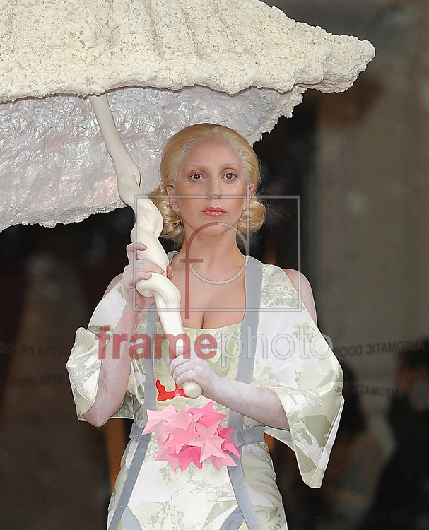 *BRAZIL ONLY* ATENÇÃO EDITOR, IMAGEM EMBARGADA PARA VEÍCULOS DE FORA DO BRASIL* wenn20808052 - Londres, Reino Unido - 31/10/2013 - A cantora Lady Gaga deixa seu hotel vestida com um traje tradicional japonês de Geisha. Foto: Wenn/Frame