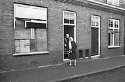 Nederland, Nijmegen, 15-2-1981<br /> Nijmegen ten tijde van de zgn. Piersonstraat, Zeigelhof ontruiming.<br /> Bewoners hebben hun ramen dichtgetimmerd uit angst voor de ontruiming die aanstaande is. Na de ontruiming wordt meteen met de sloop van de kraakpanden aan de Piersonstraat begonnen.<br /> Foto: Flip Franssen/Hollandse Hoogte