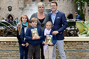 Kinderboekenschrijver Paul van Loon en prinses Laurentien presenteren in de Efteling het nieuwe boek De Sprookjessprokkelaar, een sprookjesboek dat ze samen hebben geschreven. <br /> <br /> Present Children's Writer Paul van Loon and Princess Laurentien in the new book The Sprookjessprokkelaar Efteling, a fairytale that they have written together.<br /> <br /> Op de foto / On the photo: <br /> <br />  Prinses Laurentien en Prins Constantijn en hun kinderen  Eloise , Claus-Casimir en Leonore<br /> <br /> <br /> Princess Laurentien and Prince Constantijn and their children Eloise, Claus-Casimir and Leonore