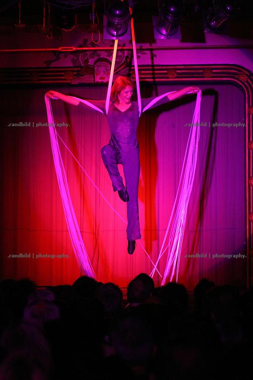 Antje Pode präsentiert Luftakrobatik bei der Lachparade 2008 im niedersächsischen Waddeweitz.
