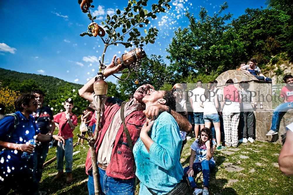 Maggio di Accettura, photoreportage di Marco Minischetti/PPP<br /> <br /> La sagra del Maggio &egrave; una festa popolare che si tiene ogni anno nel comune di Accettura[1] in provincia di Matera, in occasione dei festeggiamenti per il patrono San Giuliano. Si tratta di un antico rito nuziale e propiziatorio in cui il Maggio, un albero di alto fusto, si unisce ad un agrifoglio, la Cima, rappresentando i tradizionali culti arborei molto diffusi soprattutto nelle aree interne della Basilicata e della Calabria.
