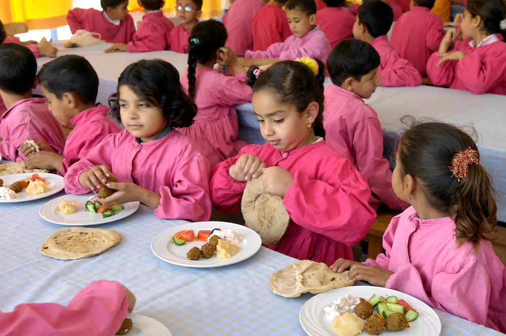 Egypte, Belbeis, 6 mei 2007..Sekem.  School.Schoolkinderen in de kantine om te eten..School children in the canteen.Foto (c) Michiel Wijnbergh.