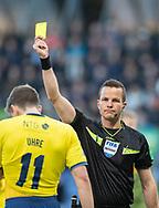 FODBOLD: Mikael Uhre (Brøndby IF) får advarsel af dommer Morten Krogh under kampen i Superligaen mellem Brøndby IF og FC Nordsjælland den 13. maj 2019 på Brøndby Stadion. Foto: Claus Birch.