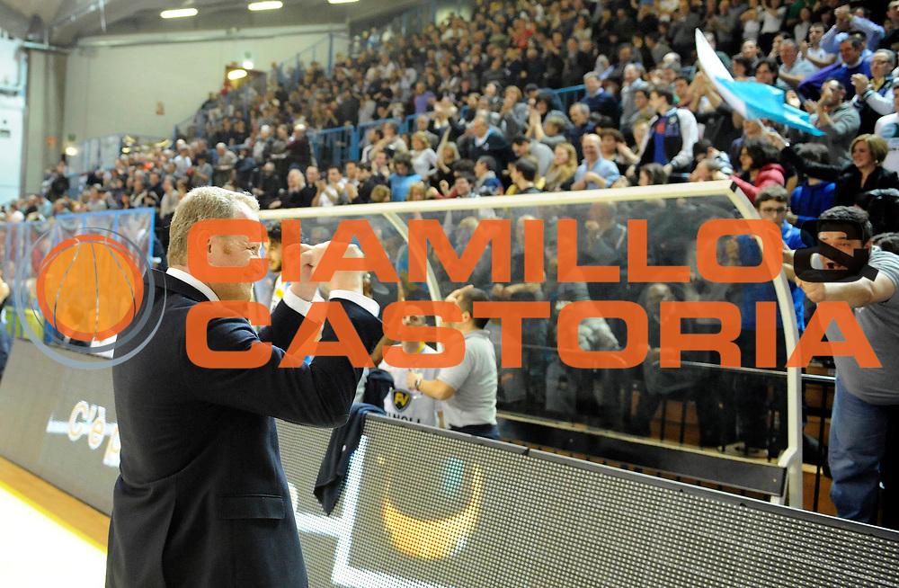 DESCRIZIONE : Cremona Lega A 2012-13 Vanoli Cremona Banco di Sardegna Sassari<br /> GIOCATORE : Coach Luigi Gresta<br /> SQUADRA : Vanoli Cremona <br /> EVENTO : Campionato Lega A 2012-2013<br /> GARA :  Vanoli Cremona Banco di Sardegna Sassari<br /> DATA : 24/03/2013<br /> CATEGORIA : Coach Fair Play Esultanza<br /> SPORT : Pallacanestro<br /> AUTORE : Agenzia Ciamillo-Castoria/A.Giberti<br /> Galleria : Lega Basket A 2012-2013<br /> Fotonotizia : Cremona Lega A 2012-13 Vanoli Cremona Banco di Sardegna Sassari<br /> Predefinita :