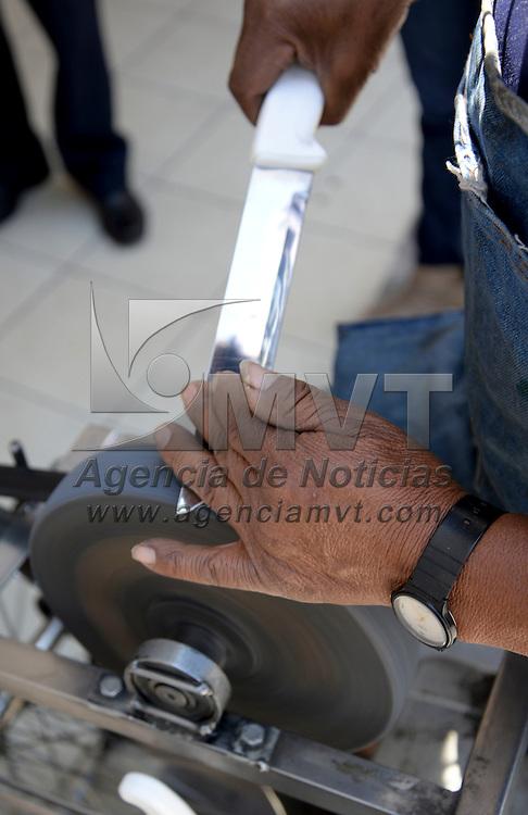 Toluca, México.- Don  Pedro tomo el oficio de afilador ante la falta de conseguir un empleo formal, en la mayoría de los lugares lo rechazan por su edad, lleva un año recorriendo las calles de Toluca afilando cuchillos y tijeras, tocando puertas en casas y negocios. Agencia MVT / Crisanta Espinosa