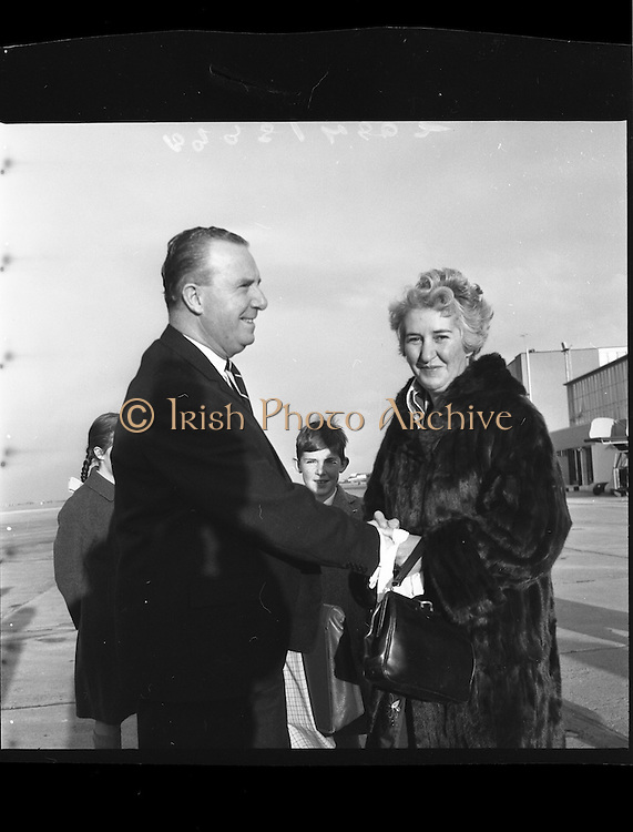 05/12/1961<br /> 12/05/1961<br /> 05 December 1961<br /> Troops of the 36th Battalion and General McKeown leave for the Congo from Dublin Airport. Lt. General Sean Mckeown who was Chief of Staff of the Irish Army and Supreme Commander of the U.N. Force in the Congo is on left.