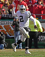 Oakland Raiders quarterback Aaron Brooks gets ready to throw down field against Kansas City at Arrowhead Stadium in Kansas City, Missouri, November 19, 2006.  The Chiefs beat the Raiders 17-13.<br />