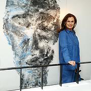 NLD/Laren/20150501 - Presentatie Artwork Mart Visser in de orangerie van Wolterinck Studio & Store, Liz Snoijink bij  een schilderij van Mart Visser