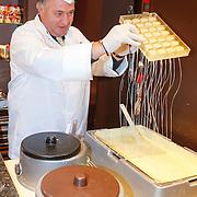 NLD/Hilversum/20121213 - Cast musical BonBon fabriek bezoekt chocolaterie Leonidas, Jon van Eerd