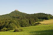 Burg Hohenzollern, Landschaft mit Wald, Berg und Burg, Schwäbische Alb, Baden-Württemberg, Deutschland.. | ..Hohenzollern Castle, Germany