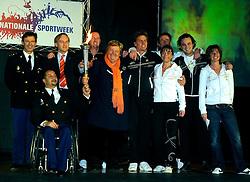 28-03-2008 ALGEMEEN: KICK OFF NATIONALE SPORTWEEK: AMSTERDAM<br /> In Amsterdam werd het startsein gegeven voor de nationale sportweek. Vanuit verschillende gemeenten kwamen mensen naar Sporthallen Zuid. / Teamfoto van de ambassadeurs van de sportweek en de topsporters van de Politie en Erica Terpstra<br /> ©2008-WWW.FOTOHOOGENDOORN.NL