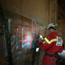 Manoeuvre nationale de l'ONG Secouristes sans Frontières en Savoie.<br /> Depuis sa création en 1978, les équipes  de Secouristes Sans Frontières (secouristes, médecins, infirmiers, logisticiens, maîtres-chiens...) interviennent bénévolement lors de catastrophes naturelles pour aider les populations sinistrées. <br /> Juin 2010 / Cognin (73) / FRANCE<br /> Voir le reportage complet (20 photos) http://sandrachenugodefroy.photoshelter.com/gallery/2010-05-Manoeuvre-nationale-de-Secouristes-Sans-Frontieres-Complet/G00005S3PrEqF.ow/C0000yuz5WpdBLSQ