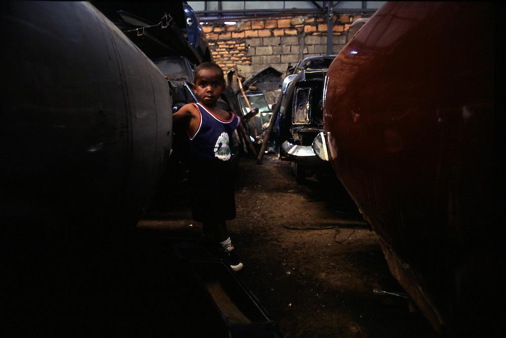 Belo Horizonte_MG, Brasil...Crianca em um ferro velho em Belo Horizonte...A child in the junkyard in Belo Horizonte...Foto: LEO DRUMOND / NITRO