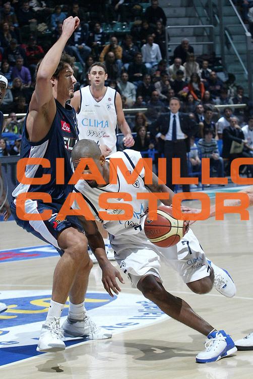 DESCRIZIONE : Bologna Lega A1 2006-07 Climamio Fortitudo Bologna Eldo Napoli <br /> GIOCATORE : Shumpert <br /> SQUADRA : Climamio Fortitudo Bologna <br /> EVENTO : Campionato Lega A1 2006-2007 <br /> GARA : Climamio Fortitudo Bologna Eldo Napoli <br /> DATA : 05/11/2006 <br /> CATEGORIA : Penetrazione <br /> SPORT : Pallacanestro <br /> AUTORE : Agenzia Ciamillo-Castoria/L.Villani <br /> Galleria : Lega Basket A1 2006-2007 <br /> Fotonotizia : Bologna Campionato Italiano Lega A1 2006-2007 Climamio Fortitudo Bologna Eldo Napoli <br /> Predefinita : si