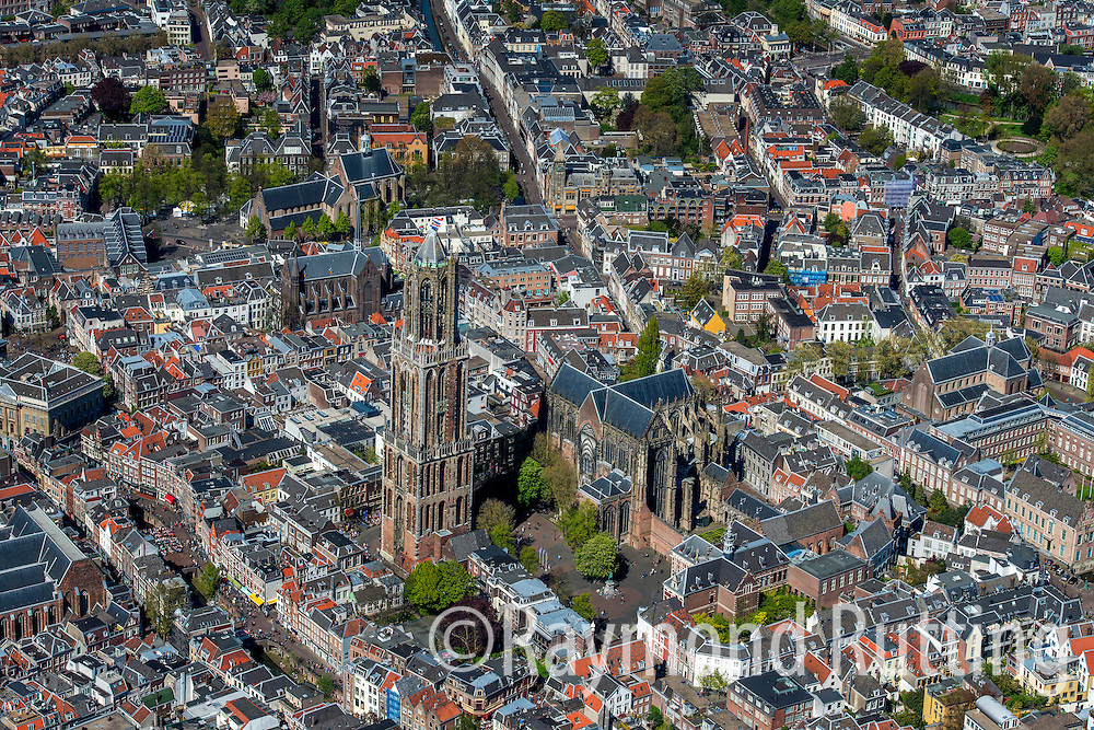 Utrecht- luchtfoto - binnnenstad Utrecht met de Dom kerk. City center of Utrecht with the Dom Church.foto raymond rutting / de volkskrant