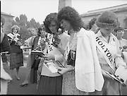 An Taoiseach Meets The Roses Of Tralee.  (N90)..1981..28.08.1981..08.28.1981..28th August 1981..An Taoiseach, Garret Fitzgerald, met with the contestants of The Rose Of Tralee Festival when they were invited to Government Buildings, Leinster House, Dublin...Image shows the Roses with their roses and booklets on the lawn at Leinster House.